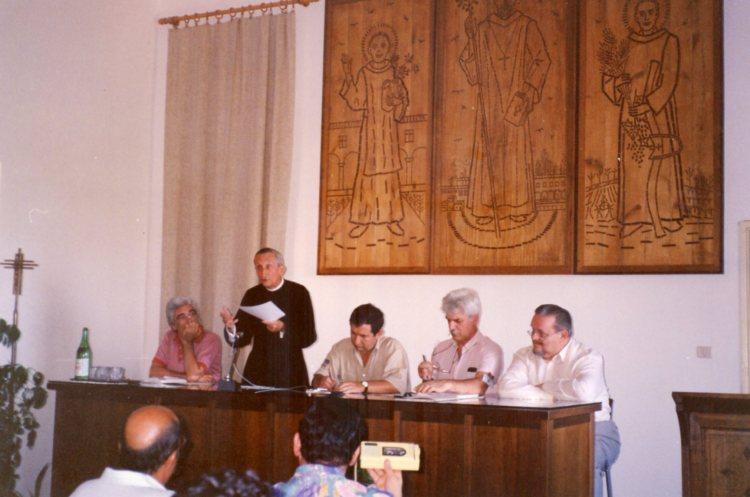 Mons. Migliavacca durante uno dei convegni Musica e Liturgia a San Pietro di Sorres. Nella foto anche Wilhelm Krumbach, Ernesto Gordini, Egidio Saracino