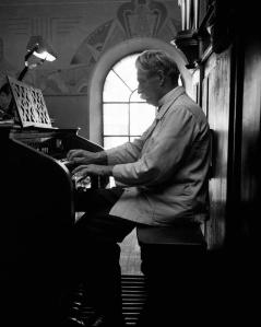 Albert Schweitzer sull'organo di Günsbach