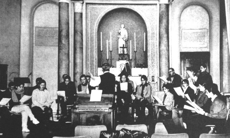 Il Coro dell'Università Cattolica di Milano durante un delle prove quotidiane che si tenevano nella Cappella S. Francesco dell'Università.