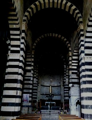 L'interno della Chiesa del monastero benedettino di San Pietro di Sorres offre tale armonia di proporzioni e di squisiti giochi di penombre da essere eco ineffabile degli eleganti intrecci polifonici del Salmo 42 e della Sonata V per organo di Mendelssohn