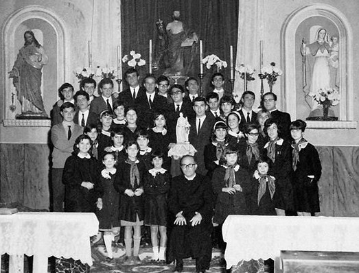 Foto (Archivio Casa Allori) La Polifonica Vivaldiana al termine della Messa di S. Cecilia – mercoledì 22 novembre 1967 Nel gruppo il parroco don Angelo Crobu e il viceparroco don Salvatore Corongiu