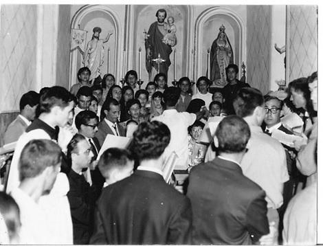 Foto (Archivio Casa Allori) Il coro parrocchiale di Gonnesa mentre esegue domenica 4 luglio del 1965 l'inno di S. Cecilia