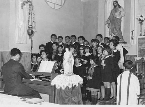 """Foto (Archivio Casa Allori) La Polifonica Vivaldiana durante l'esecuzione del """"Domine Deus rex coelestis"""" tratto dal """"Gloria""""di Antonio Vivaldi Messa di S. Cecilia 22 novembre 1967"""