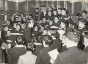 Don Allori dirige il suo Oremus pro Antistite a 8 voci durante l'Accademia del 20 novembre 1955